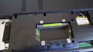 vista inferior del portatil con el modulo de memoria retirado